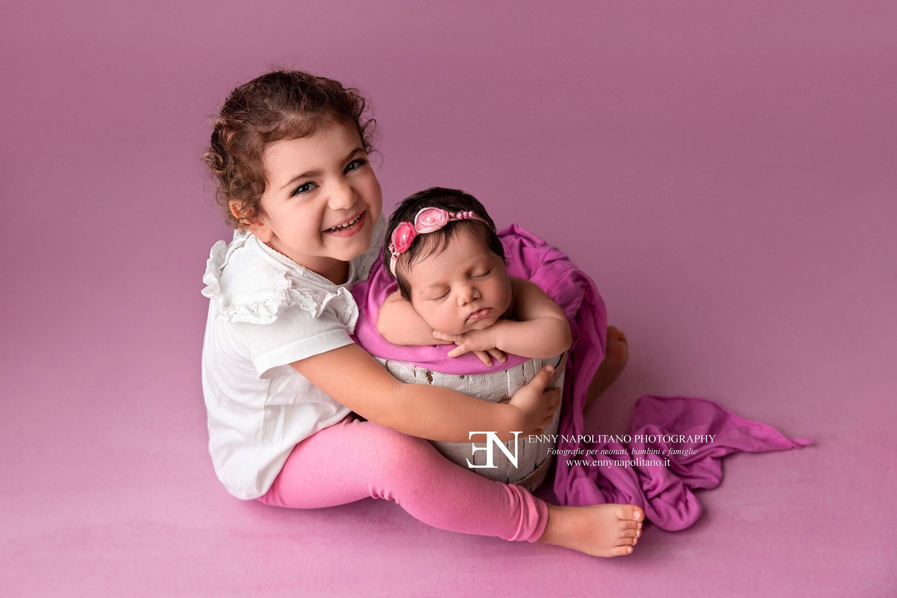 Fotografia di sorelle neonata newborn bambine Milano