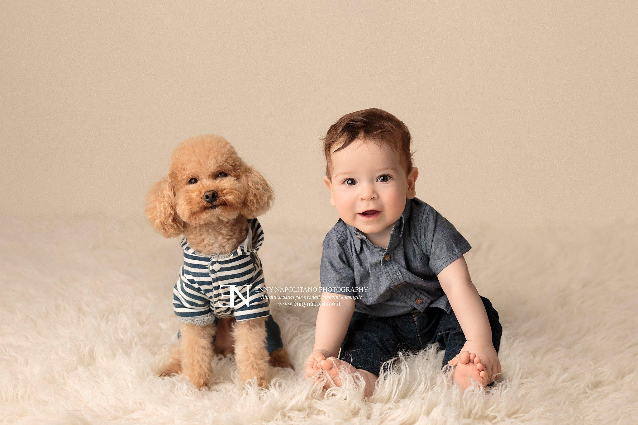 fotografia di bambino con cane durante un servizio fotografico per bebè, bambini e famiglie a Milano