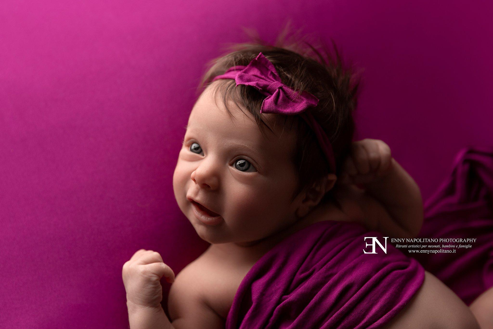 neonata con gli occhi aperti durante un servizio fotografico per neonati, newborn e bambini a Milano, Pavia, Monza, Bergamo, Brescia, Lodi