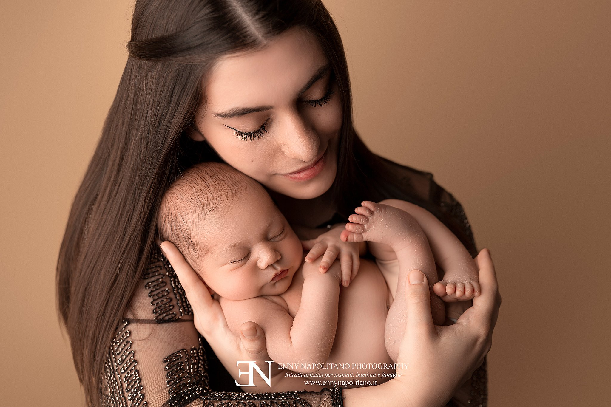 fotografia di mamma con bambino neonato durante un servizio fotografico newborn a Milano