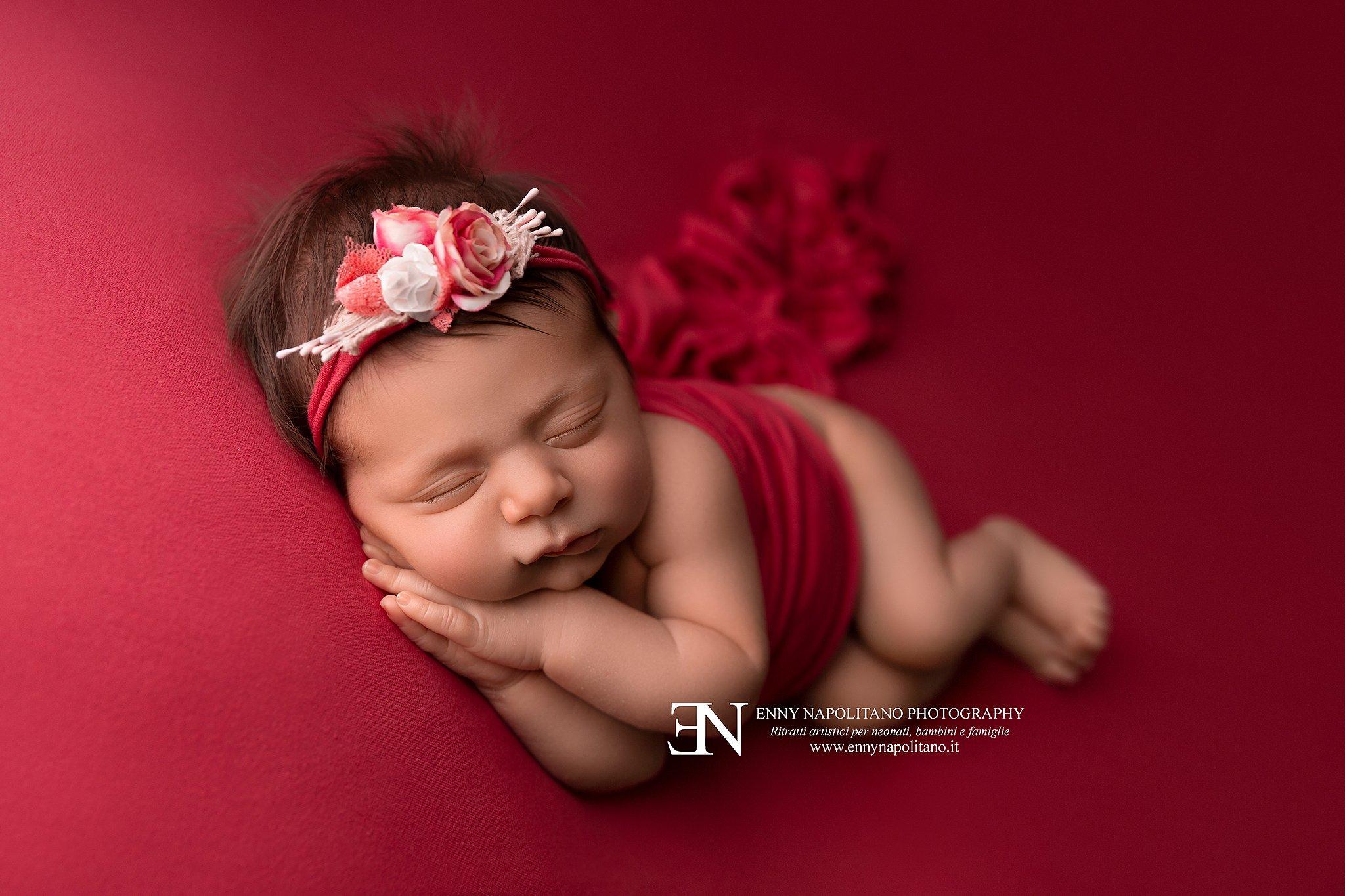 neonata che dorme sul fianco durante un servizio fotografico per neonati (newborn) a Milano, Pavia, Monza, Bergamo, Brescia, Lodi