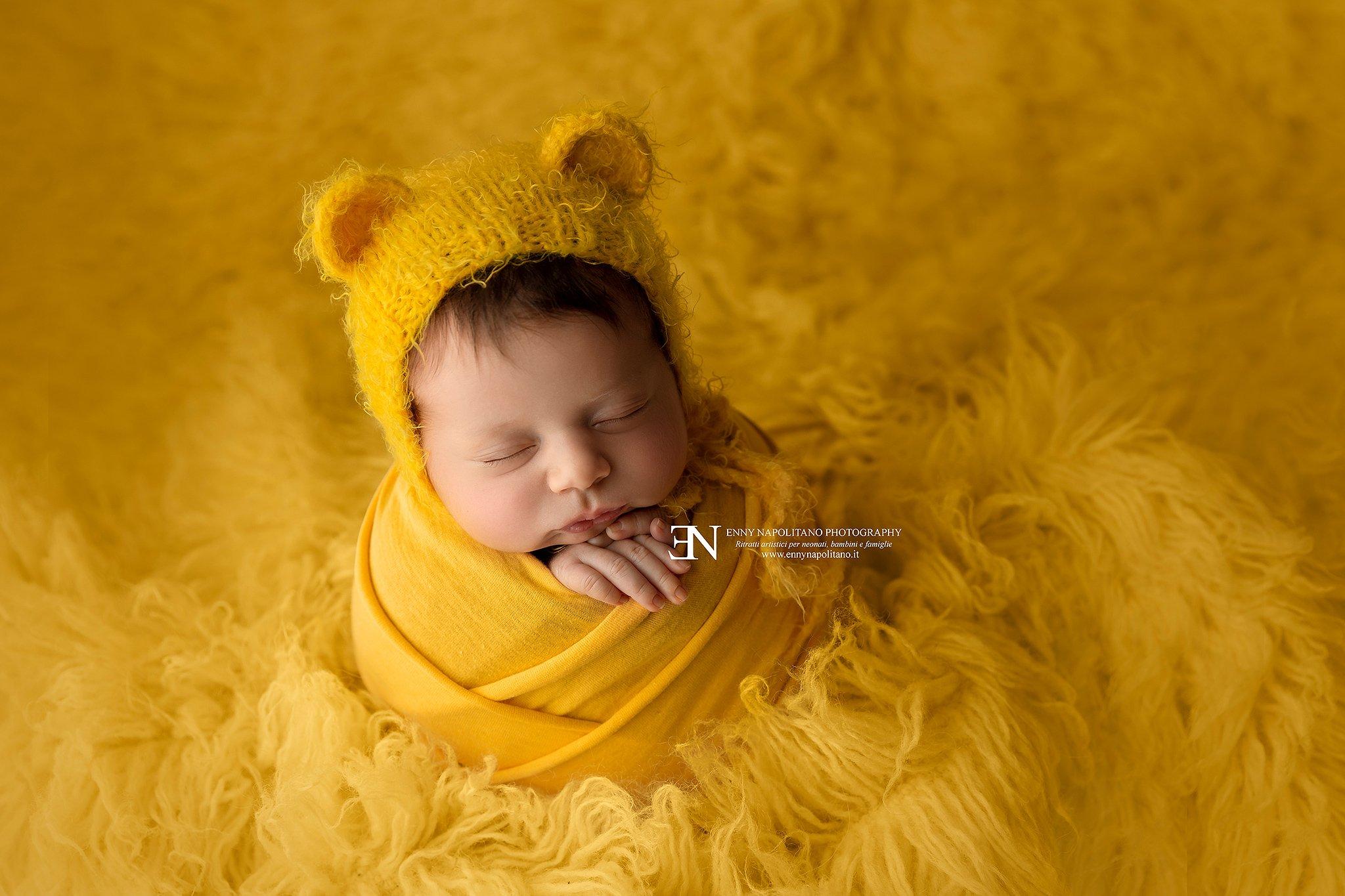 neonata avvolta in una fasciatura durante un servizio fotografico per neonati (newborn), bambini svolto a Milano, Pavia, Monza, Bergamo, Brescia, Lodi