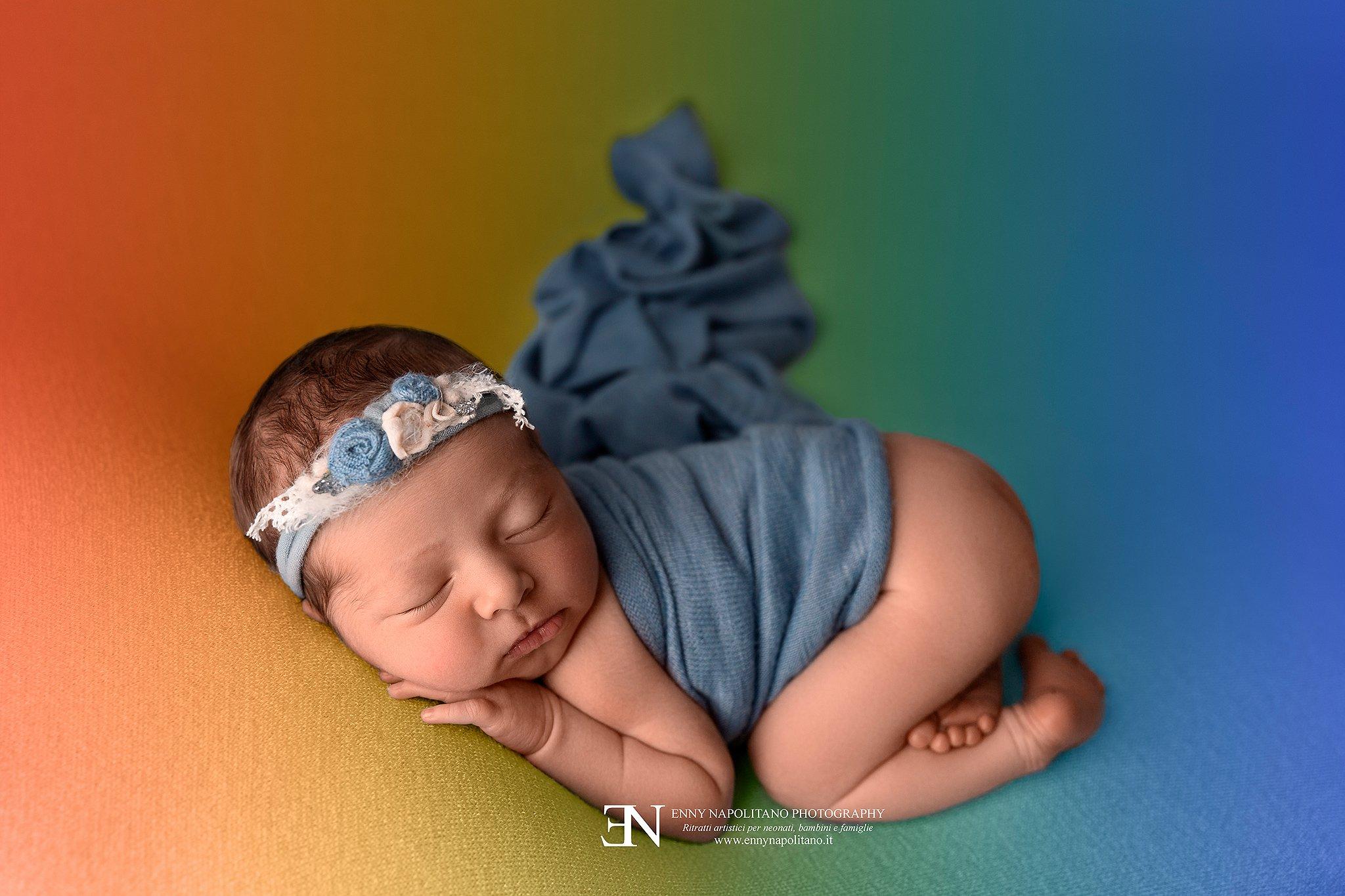 fotografia di una bambina arcobaleno durante un servizio fotografico newborn a Milano, Pavia, Monza, Bergamo, Varese